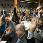 Budapest, 2015. január 25. Résztvevők szavaznak a Demokratikus Kerekasztal (DEKA) első plenáris ülésén a budapesti Wesley János Lelkészképző Főiskolán 2015. január 25-én. MTI Fotó: Koszticsák Szilárd