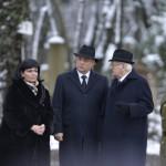 Orbán Viktor miniszterelnök (b2), Boross Péter korábbi kormányfő, a Nemzeti Emlékhely és Kegyeleti Bizottság elnöke (j2) és Fogarasi Katalin, a Nemzeti Örökség Intézetének elnöke (b) a Kozma utcai zsidó temető első világháborús hősi parcellájának felújítása alkalmából tartott megemlékezésen 2015. január 26-án. MTI Fotó: Koszticsák Szilárd