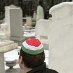 Egy résztvevő kipában a Kozma utcai zsidó temető első világháborús hősi parcellájának felújítása alkalmából tartott megemlékezésen 2015. január 26-án. MTI Fotó: Koszticsák Szilárd