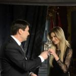 Áder János köztársasági elnök és Weisz Fanni jeltolmács, siket esélyegyenlőségi aktivista az államfő újévi köszöntőjének televíziós felvételén a Sándor-palotában 2014. december 30-án. MTI Fotó: Bruzák Noémi