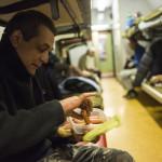 Virslit eszik egy hajléktalan férfi a Magyar Máltai Szeretetszolgálat Vágány utcai vagonszállóján 2014. december 31-én este. MTI Fotó: Kallos Bea