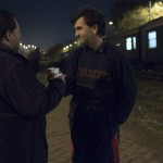 Hajléktalan férfiak koccintanak éjfél után a Magyar Máltai Szeretetszolgálat Vágány utcai vagonszállója előtt 2015. január 1-jére virradó éjjel. MTI Fotó: Kallos Bea