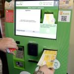 Csekkbefizető automata üzemel a Nyugati pályaudvarnál lévő budapesti 62-es számú postán 2015. február 9-én. Az országban húsz helyen, bevásárlóközpontokban, illetve postákon működnek ettől a naptól csekkbefizető automaták. Az automaták közül 11-et a fővárosba, illetve annak agglomerációjába telepítettek, de került belőlük Debrecenbe, Győrbe, Kecskemétre, Miskolcra, Szegedre, Székesfehérvárra és Szombathelyre is. MTI Fotó: Kovács Tamás