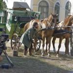 """Kálloy Molnár Péter (j) Batykó szerepében a Kossuthkifli című tévésorozat forgatásán a fóti kastélynál 2013. augusztus 12-én. Félidejénél tart a Fehér Béla regényéből készülő hatrészes """"történelmi road movie"""" forgatása. A sorozat költségvetése jelenleg 740 millió forint, amelyből 480 millió forintot a Médiaszolgáltatás-támogató és Vagyonkezelő Alap finanszíroz. MTI Fotó: Kallos Bea"""