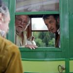 """Szacsvay László (b, háttal) Cselőtei Máté, Haumann Péter (b2) Vödric Demeter és Scherer Péter (j) Görbekerti Jeromos szerepében a Kossuthkifli című tévésorozat forgatásán a fóti kastélynál 2013. augusztus 12-én. Félidejénél tart a Fehér Béla regényéből készülő hatrészes """"történelmi road movie"""" forgatása. A sorozat költségvetése jelenleg 740 millió forint, amelyből 480 millió forintot a Médiaszolgáltatás-támogató és Vagyonkezelő Alap finanszíroz. MTI Fotó: Kallos Bea"""