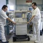 A hatvani Albert Schweitzer Kórház épülő műtőblokkjához érkezett altatógépek 2015. március 9-én. A 2,7 milliárd forintos beruházás részeként az intézmény orvosi eszközparkja is megújul csaknem egymilliárd forint értékben, a berendezések folyamatosan érkeznek. MTI Fotó: Komka Péter