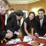 Fischl Mónika (b3) és Dolhai Attila énekesek (b4) a Csárdáskirálynő című operett bemutatásának centenáriuma alkalmából kibocsátott emlékbélyeg bemutatóján a Budapesti Operettszínházban 2015. március 19-én. MTI Fotó: Koszticsák Szilárd