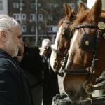 Haumann Péter színész lovakat néz a közmédia új hatrészes sorozatáról, a Fehér Béla regényéből forgatott Kossuthkifliről tartott sajtótájékoztatón a Magyar Nemzeti Múzeum előtt 2015. március 3-án. MTI Fotó: Bruzák Noémi