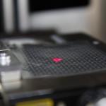 A SMark (Secure Mark) biztonsági címkét gravírozó berendezés egy miskolci kísérleti üzemben 2015. március 5-én. A világon eddig sehol nem alkalmazott, magyar tudósok által kifejlesztett termékazonosító technológia egy olyan biztonsági címke, amelynek használatával az eredetiség kétség nélkül azonosítható. MTI Fotó: Vajda János