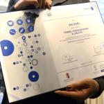 Oklevél az akkreditált innovációs klaszter címek átadó ünnepségén a Nemzetgazdasági Minisztériumban 2015. március 16-án. Az Új Széchenyi Terv (ÚSZT) akkreditált innovációs klaszter pályázaton tizennégy klaszter nyert, amelyekben összesen 495 vállalkozás vesz részt, köztük 435 kis-, és középvállalkozás, több mint 58 ezer embert foglalkoztatnak és árbevételük megközelíti a 2500 milliárd forintot. MTI Fotó: Kovács Tamás