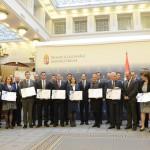 Varga Mihály nemzetgazdasági miniszter (középen), valamint a klaszterek képviselői az akkreditált innovációs klaszter címek átadó ünnepségén a Nemzetgazdasági Minisztériumban 2015. március 16-án. Az Új Széchenyi Terv (ÚSZT) akkreditált innovációs klaszter pályázaton tizennégy klaszter nyert, amelyekben összesen 495 vállalkozás vesz részt, köztük 435 kis-, és középvállalkozás, több mint 58 ezer embert foglalkoztatnak és árbevételük megközelíti a 2500 milliárd forintot. MTI Fotó: Kovács Tamás
