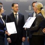 Varga Mihály nemzetgazdasági miniszter (középen) a klaszterek képviselőinek társaságában az akkreditált innovációs klaszter címek átadó ünnepségén a Nemzetgazdasági Minisztériumban 2015. március 16-án. Az Új Széchenyi Terv (ÚSZT) akkreditált innovációs klaszter pályázaton tizennégy klaszter nyert, amelyekben összesen 495 vállalkozás vesz részt, köztük 435 kis-, és középvállalkozás, több mint 58 ezer embert foglalkoztatnak és árbevételük megközelíti a 2500 milliárd forintot. MTI Fotó: Kovács Tamás