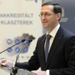 Varga Mihály nemzetgazdasági miniszter az akkreditált innovációs klaszter címek átadó ünnepségén a Nemzetgazdasági Minisztériumban 2015. március 16-án. Az Új Széchenyi Terv (ÚSZT) akkreditált innovációs klaszter pályázaton tizennégy klaszter nyert, amelyekben összesen 495 vállalkozás vesz részt, köztük 435 kis-, és középvállalkozás, több mint 58 ezer embert foglalkoztatnak és árbevételük megközelíti a 2500 milliárd forintot. MTI Fotó: Kovács Tamás
