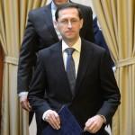 Varga Mihály nemzetgazdasági miniszter (elöl) és Rákossy Balázs európai uniós források felhasználásáért felelős államtitkár érkezik az akkreditált innovációs klaszter címek átadó ünnepségére a Nemzetgazdasági Minisztériumban 2015. március 16-án. Az Új Széchenyi Terv (ÚSZT) akkreditált innovációs klaszter pályázaton tizennégy klaszter nyert, amelyekben összesen 495 vállalkozás vesz részt, köztük 435 kis-, és középvállalkozás, több mint 58 ezer embert foglalkoztatnak és árbevételük megközelíti a 2500 milliárd forintot. MTI Fotó: Kovács Tamás