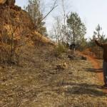 Áder János köztársasági elnök (j) megtekinti a volt bauxitbánya területét Juhász Árpád geológus kalauzolásával a Veszprém megyei Nyirádhoz közeli egykori Darvas-tónál 2015. március 22-én. A víz világnapja alkalmából az államfő az egykor a hévízi tó állapotát is kedvezőtlenül befolyásoló, később megszűntetett bakonyi bauxitbányászat máig ható következményeiről tájékozódott. MTI Fotó: Varga György
