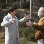 Áder János köztársasági elnök (b) megtekinti a volt bauxitbánya területét Juhász Árpád geológus kalauzolásával a Veszprém megyei Nyirádhoz közeli egykori Darvas-tónál 2015. március 22-én. A víz világnapja alkalmából az államfő az egykor a hévízi tó állapotát is kedvezőtlenül befolyásoló, később megszűntetett bakonyi bauxitbányászat máig ható következményeiről tájékozódott. MTI Fotó: Varga György