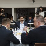 Áder János köztársasági elnök (k), Kőrösi Csaba, Köztársasági Elnöki Hivatal Környezeti Fenntarthatóság Igazgatóságának vezetője (b), Juhász Árpád geológus (j), Papp Gábor (FIDESZ-KDNP) polgármester (háttal,j) és Kepli József János alpolgármester (háttal,b) a hévízi könyvtárban 2015. március 22-én. Az államfő a Bakony felszín alatti vizeinek állapotáról, az egykori bauxitbányászat máig ható következményeiről tájékozódott a víz világnapján. MTI Fotó: Varga György