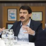 Áder János köztársasági elnök a hévízi könyvtárban tartott megbeszélésen 2015. március 22-én, ahol a Bakony felszín alatti vizeinek állapotáról, az egykori bauxitbányászat máig ható következményeiről tájékozódott a víz világnapján. MTI Fotó: Varga György