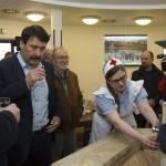 Áder János köztársasági elnök (b2) gyógyvizet kóstol Papp Gábor (Fidesz-KDNP) polgármester (b) és Juhász Árpád geológus (j3) társaságában Hévíz gyógyvizes ivókútjánál 2015. március 22-én. Közös a felelősségünk azért, hogy Magyarország továbbra is a vizek országa legyen, hogy mindannyian védjük természetes vízkincseinket - jelentette ki az államfő a víz világnapján. MTI Fotó: Varga György