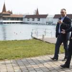 Áder János köztársasági elnök Papp Gábor (Fidesz-KDNP) polgármester társaságában a Hévízi Tófürdőnél 2015. március 22-én. Közös a felelősségünk azért, hogy Magyarország továbbra is a vizek országa legyen, hogy mindannyian védjük természetes vízkincseinket - jelentette ki az államfő a víz világnapján. MTI Fotó: Varga György