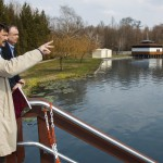 Áder János köztársasági elnök (k) Papp Gábor (Fidesz-KDNP) polgármester (j) és Kvarda Attila, a Hévízgyógyfürdő és Szent András Reumakórház főigazgatója társaságában a Hévízi Tófürdőnél 2015. március 22-én. Közös a felelősségünk azért, hogy Magyarország továbbra is a vizek országa legyen, hogy mindannyian védjük természetes vízkincseinket - jelentette ki az államfő a víz világnapján. MTI Fotó: Varga György