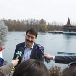 Áder János köztársasági elnök a sajtónak nyilatkozik a Hévízi Tófürdőnél 2015. március 22-én. Közös a felelősségünk azért, hogy Magyarország továbbra is a vizek országa legyen, hogy mindannyian védjük természetes vízkincseinket - jelentette ki az államfő a víz világnapján. MTI Fotó: Varga György