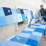 Kék színű kötött borítás a közterületi padokon az autizmus világnapja alkalmából a győri Széchenyi téren 2015. április 2-án. MTI Fotó: Krizsán Csaba
