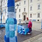 Kék színű kötött borítás az autizmus világnapja alkalmából a győri Széchenyi téren 2015. április 2-án. MTI Fotó: Krizsán Csaba