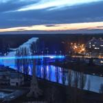 Az autizmus világnapja alkalmából a kék színű fénnyel megvilágított győri Jedlik Ányos híd 2015. április 2-án. MTI Fotó: Krizsán Csaba