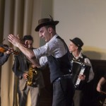 Balogh Károly táncos és a Csángálló zenekar a Cigánykerék fesztivál gálaestjén, amelyet a nemzetközi roma nap alkalmából tartottak a Magyarság Házában 2015. április 8-án. MTI Fotó: Szigetváry Zsolt