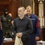 Kiss Árpád Sándor elsőrendű vádlottat (k) kísérik be a romák sérelmére elkövetett sorozatgyilkosságok másodfokú büntetőperére a Fővárosi Ítélőtáblán 2015. április 15-én, az első tárgyalási napon. MTI Fotó: Szigetváry Zsolt