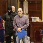 Elöl Kiss István másodrendű vádlottat (k), mögötte balra Pető Zsolt harmadrendű vádlottat kísérik be a romák sérelmére elkövetett sorozatgyilkosságok másodfokú büntetőperére a Fővárosi Ítélőtáblán 2015. április 15-én, az első tárgyalási napon. MTI Fotó: Szigetváry Zsolt