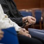A vádlottak megbilincselt keze a romák sérelmére elkövetett sorozatgyilkosságok másodfokú büntetőperén a Fővárosi Ítélőtáblán 2015. április 15-én, az első tárgyalási napon. MTI Fotó: Szigetváry Zsolt
