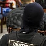 Az egyik vádlott és őrzője a romák sérelmére elkövetett sorozatgyilkosságok másodfokú büntetőperén a Fővárosi Ítélőtáblán 2015. április 15-én, az első tárgyalási napon. MTI Fotó: Szigetváry Zsolt