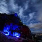 Az autizmus világnapja alkalmából a kék színű fénnyel megvilágított salgói vár Salgótarján közelében 2015. április 2-án. MTI Fotó: Komka Péter