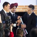 Orbán Viktor miniszterelnök (j), valamint Onkar S. Kanwar, a társaság elnöke (k) és Neeraj Kanwar alelnök (b) elhelyezik az időkapszulát az indiai Apollo Tyres mintegy 146 milliárd forintos befektetéssel megépülő gumigyárának alapkőletételén a Heves megyei Gyöngyöshalászon 2015. április 10-én. Az Apollo első európai zöldmezős beruházásaként megépülő gyárban a tervek szerint naponta 16 ezer személyautóhoz, és 3000 haszongépjárműhöz gyártanak majd abroncsokat 2017 elejétől az - Oroszországot és Törökországot is magában foglaló - európai piac számára. MTI Fotó: Koszticsák Szilárd