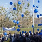 Léggömböket engednek el az autizmus világnapja alkalmából tartott Kék sétán Szombathelyen 2015. április 1-jén. MTI Fotó: Büki László
