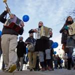 Bábszínházi előadóművészek vezetik az autizmus világnapja alkalmából tartott Kék sétát Szombathelyen 2015. április 1-jén. MTI Fotó: Büki László