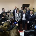Az Ukrajnában jószolgálati látogatáson tartózkodó Herczegh Anita, Áder János köztársasági elnök felesége (középen) nyilatkozik a sajtónak a Lembergi Katasztrófavédelmi Egészségügyi Központban tett látogatásán 2015. április 22-én. MTI Fotó: Máthé Zoltán