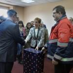 Az Ukrajnában jószolgálati látogatáson tartózkodó Herczegh Anita, Áder János köztársasági elnök felesége (k) egy újraélesztési technikák oktatására szolgáló eszközt és gyógyszereket ad át Jaroszlav Pilipecnek, az intézmény főorvosának a Lembergi Katasztrófavédelmi Egészségügyi Központban tett látogatásán 2015. április 22-én. Jobbról Győri-Dani Lajos, a Magyar Máltai Szeretetszolgálat ügyvezető alelnöke. MTI Fotó: Máthé Zoltán