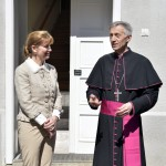 Majnek Antal munkácsi római katolikus megyés püspök fogadja az Ukrajnában jószolgálati látogatáson tartózkodó Herczegh Anitát, Áder János köztársasági elnök feleségét Munkácson 2015. április 23-án. MTI Fotó: Máthé Zoltán