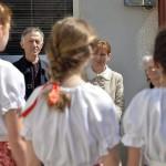 Az Ukrajnában jószolgálati látogatáson tartózkodó Herczegh Anita, Áder János köztársasági elnök felesége (k) a diákok énekét hallgatja a Munkácsi Szent István Líceumban 2015. április 23-án. Mellette balra Majnek Antal, a Munkácsi Római Katolikus egyházmegye püspöke és Kristofori Olga iskolaigazgató. MTI Fotó: Máthé Zoltán