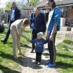 Az Ukrajnában jószolgálati látogatáson tartózkodó Herczegh Anita, Áder János köztársasági elnök felesége (k) a Máltai Szeretetszolgálat segélycsomagjainak szétosztásában segít Szilágyi Magdolnánál (j) Munkácson 2015. április 23-án. MTI Fotó: Máthé Zoltán