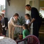 Az Ukrajnában jószolgálati látogatáson tartózkodó Herczegh Anita, Áder János köztársasági elnök felesége (k) a Máltai Szeretetszolgálat segélycsomagjainak szétosztásában segít a Dánics családnál Munkácson 2015. április 23-án. MTI Fotó: Máthé Zoltán