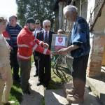 Az Ukrajnában jószolgálati látogatáson tartózkodó Herczegh Anita, Áder János köztársasági elnök felesége (b) a Máltai Szeretetszolgálat segélycsomagjainak szétosztásában segít Munkácson 2015. április 23-án. MTI Fotó: Máthé Zoltán