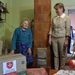 Az Ukrajnában jószolgálati látogatáson tartózkodó Herczegh Anita, Áder János köztársasági elnök felesége (k) a Máltai Szeretetszolgálat segélycsomagjainak szétosztásában segít Munkácson 2015. április 23-án. MTI Fotó: Máthé Zoltán