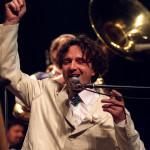 A kilencvenes évek egyik legfelkapottabb filmzeneszerzője, a jugoszláv Goran Bregovic és zenekara lépett fel 2001. március 19-én a Petőfi Csarnokban. MTI Fotó: Sándor Katalin