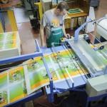 Egy dolgozó a nyomdagépnél a debreceni Alföldi Nyomdában 2015. május 13-án. A debreceni nyomda a szekszárdi, a gyulai és a lajosmizsei nyomdával közösen, konzorciumban nyerte el - közbeszerzési eljárás eredményeként - a tankönyvgyártást, így július 31-ig elkészülnek a következő tanév tankönyvei. Augusztus 3. és 25. között minden iskola megkapja a szükséges tankönyveket, amelyeket azután a tankönyvfelelősök szeptember 1-jéig átadnak a diákoknak, illetve a szülőknek. MTI Fotó: Czeglédi Zsolt