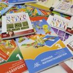 Tankönyvek a debreceni Alföldi Nyomdában 2015. május 13-án. A debreceni nyomda a szekszárdi, a gyulai és a lajosmizsei nyomdával közösen, konzorciumban nyerte el - közbeszerzési eljárás eredményeként - a tankönyvgyártást, így július 31-ig elkészülnek a következő tanév tankönyvei. Augusztus 3. és 25. között minden iskola megkapja a szükséges tankönyveket, amelyeket azután a tankönyvfelelősök szeptember 1-jéig átadnak a diákoknak, illetve a szülőknek. MTI Fotó: Czeglédi Zsolt