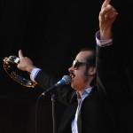 Nick Cave, az ausztráliai születésű, jelenleg Angliában élő alternatív pop-rock zenész, énekes szórakoztatja a közönséget a Petőfi Csarnokban rendezett koncertjén 2008. május 26-án. MTI Fotó: Kollányi Péter